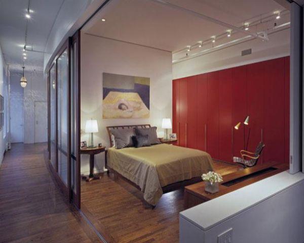 Κλασσικό υπνοδωμάτιο με συρόμενη γυαλινη πόρτα για ιδιωτικότητα